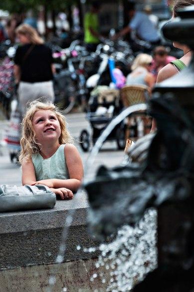 La bambina e la fontana